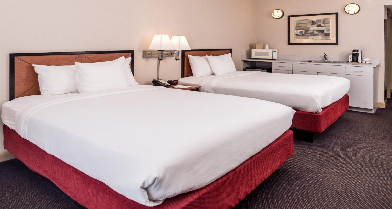 2 Queen Beds Kitchenette